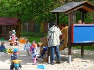 KK Kinder auf dem Spielplatzkleiner