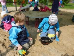 Kiga Kinder im Sandkleiner