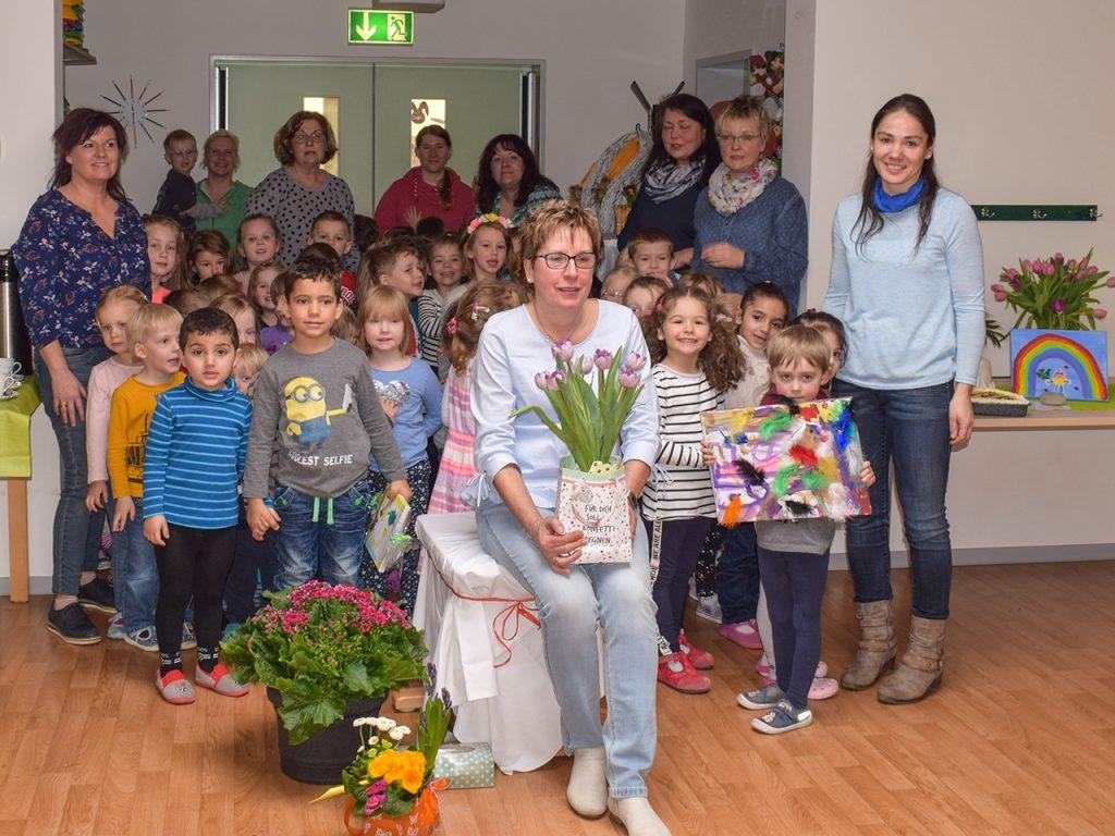 Die Kinder und Erzieher*innen der Kita Kunterbunt verabschiedeten Frau Rodenhauser nach 29 Jahren Leitungstätigkeit wohlverdient in den Ruhestand